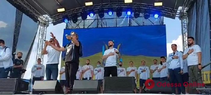 Дошли до четвертьфинала Евро-2020: в Борисполе сборную Украины по футболу встречали сотни болельщиков (видео)