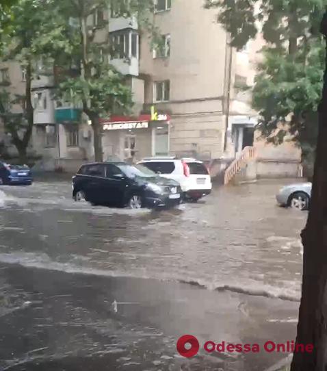 Залповый ливень подтопил Среднефонтанскую (видео)