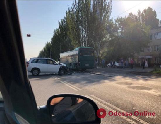 Из-за ДТП на Николаевской дороге образовалась пробка (обновлено)