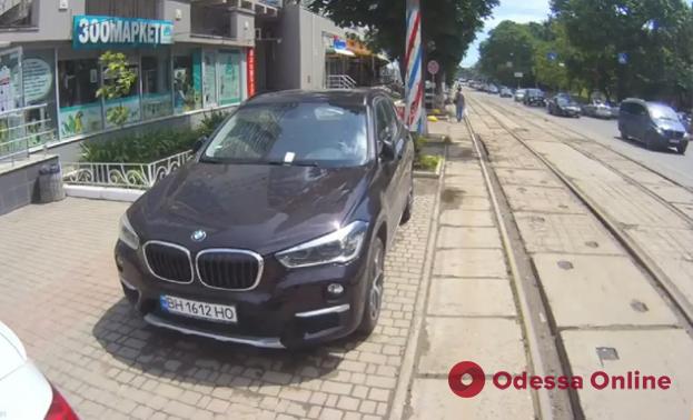 Инспекторы по парковке за три недели оштрафовали автохамов с Генуэзской на 317 тысяч