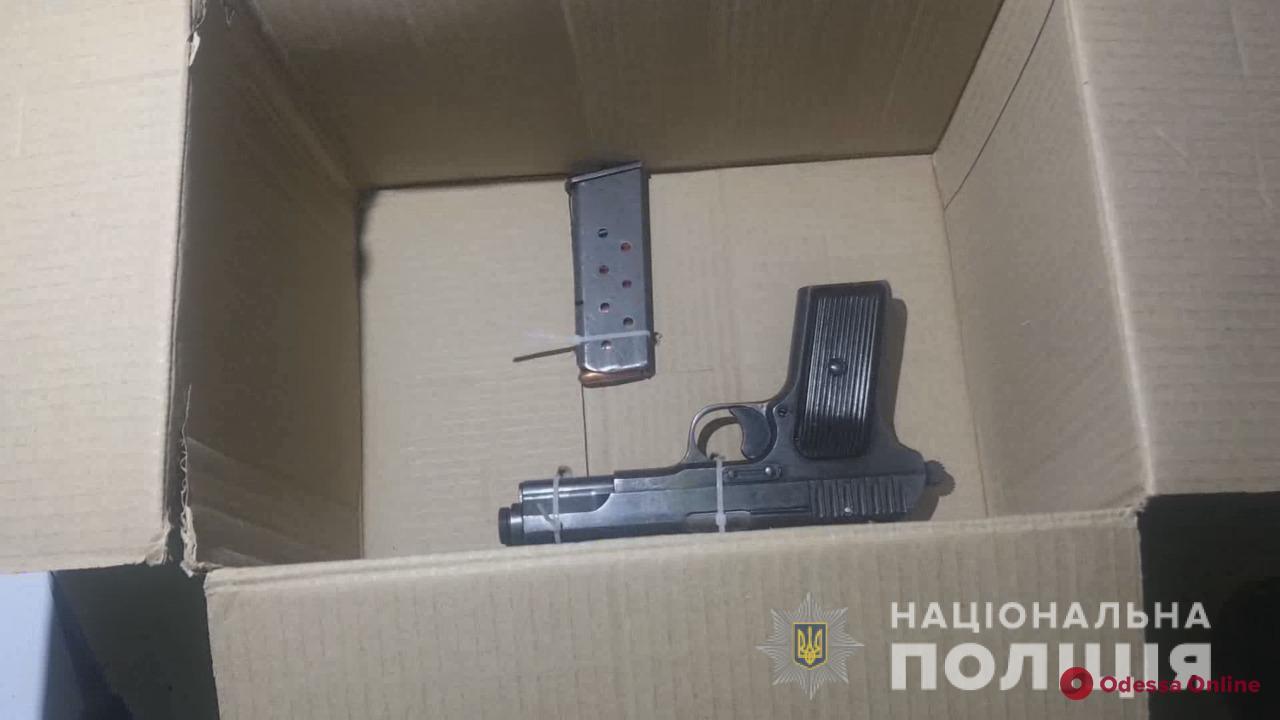 В центре Одессы кавказцы пытались выбросить пистолет при встрече с миграционщиками