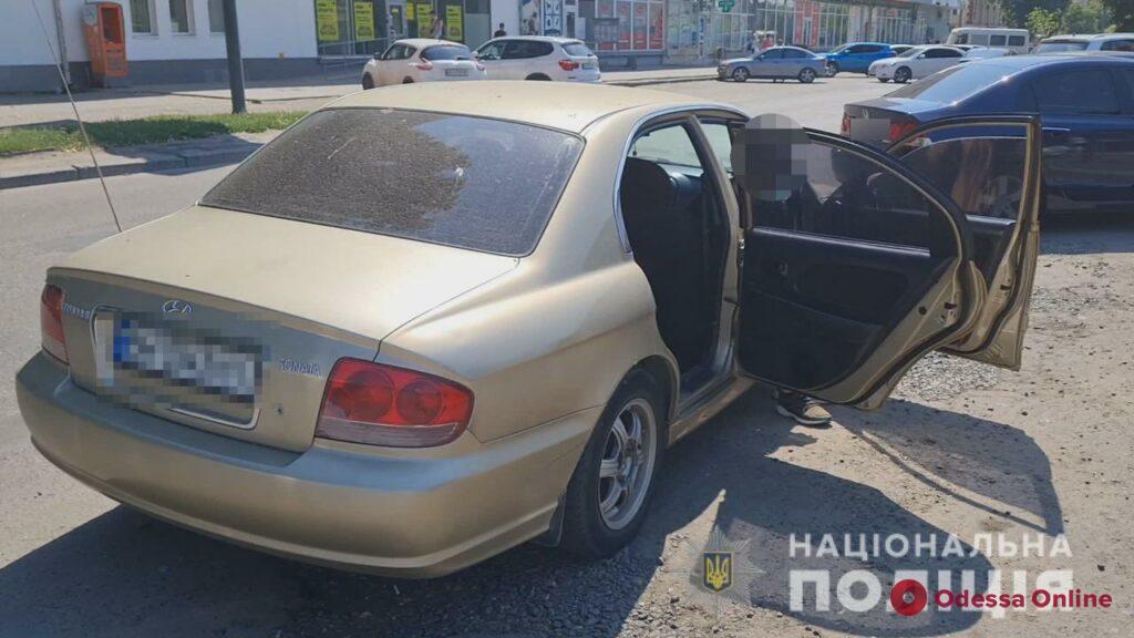 Двое кавказцев на Столбовой через окно вытащили из автомобиля одессита сумку с деньгами