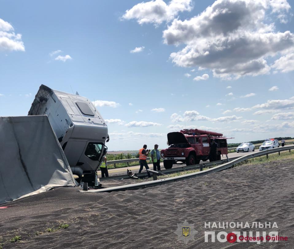 На трассе Одесса-Киев грузовик с рапсом влетел в отбойник и перевернулся — перекрыта полоса в направлении столицы