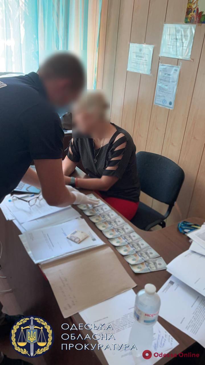Вымогала тысячу долларов у таджика: в Одесской области на взятке поймали сотрудницу миграционной службы