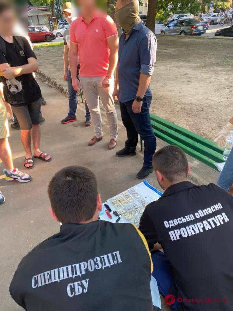 Брал взятки за оформление импортных авто: в Одессе таможеннику объявили о подозрении