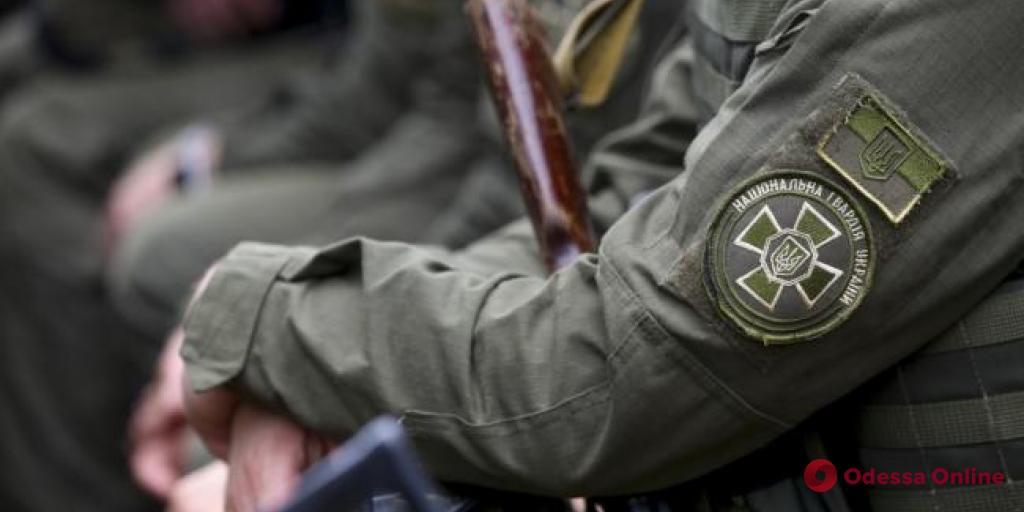 В Одессе нацгвардеец проверял пистолет и случайно выстрелил себе в ногу