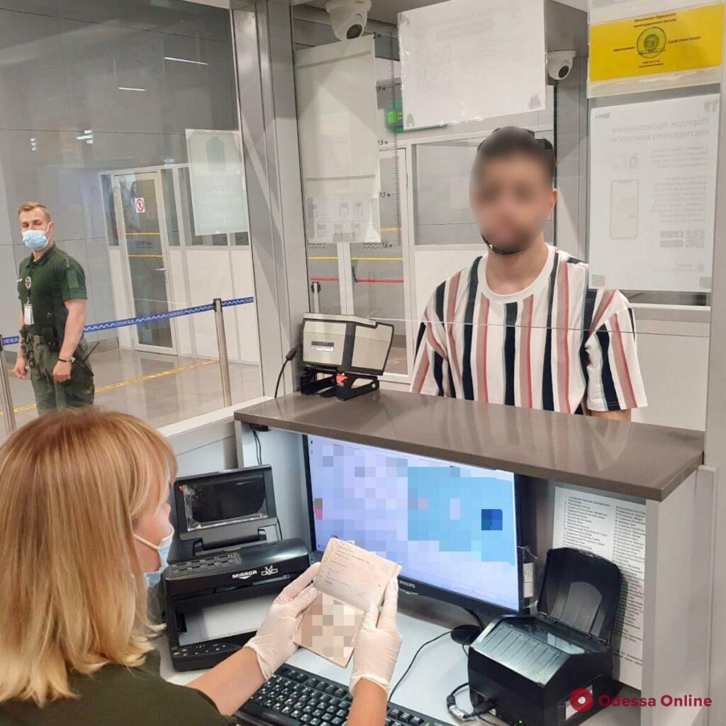 В Одесском аэропорту пограничники не пустили в Украину иранца с поддельным итальянским паспортом
