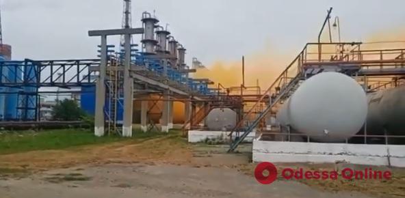 В Ровно произошла утечка на химическом заводе (видео)