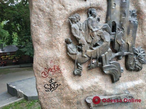 В Старобазарном сквере вандалы разрисовали памятник Атаману Головатому