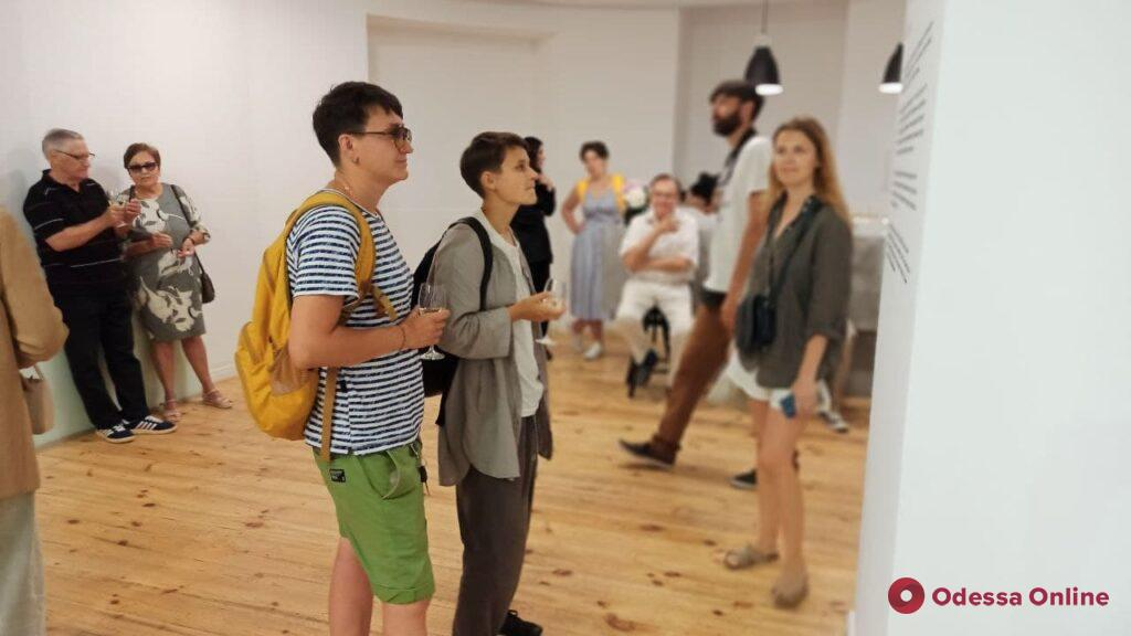 Пограничные состояния людей: в Одессе открылась выставка «Камень ножницы бумага» (фото)