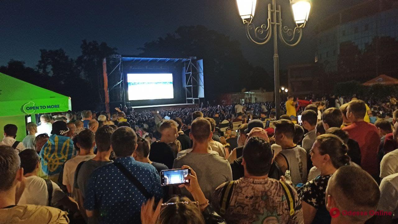 Четвертьфинал «Евро-2020»: в футбольной фан-зоне в парке Шевченко сотни одесситов болеют за сборную Украины (фото, видео, обновлено)
