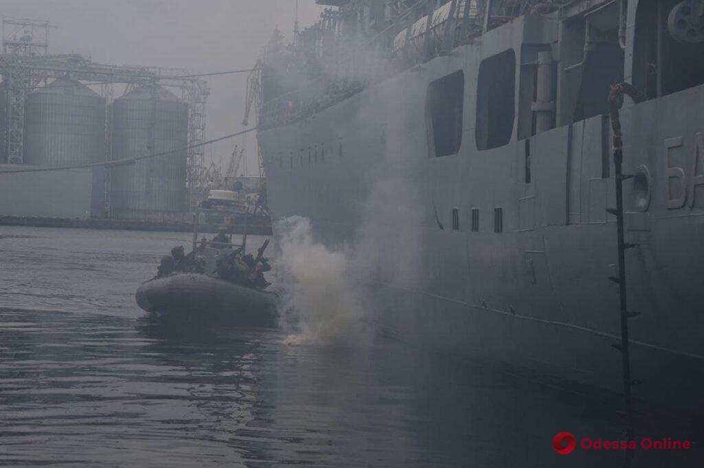 Маневрирование кораблей и отражение «атаки» скоростных катеров: в Одессе проходит морская фаза учений «Си Бриз-2021» (фото)