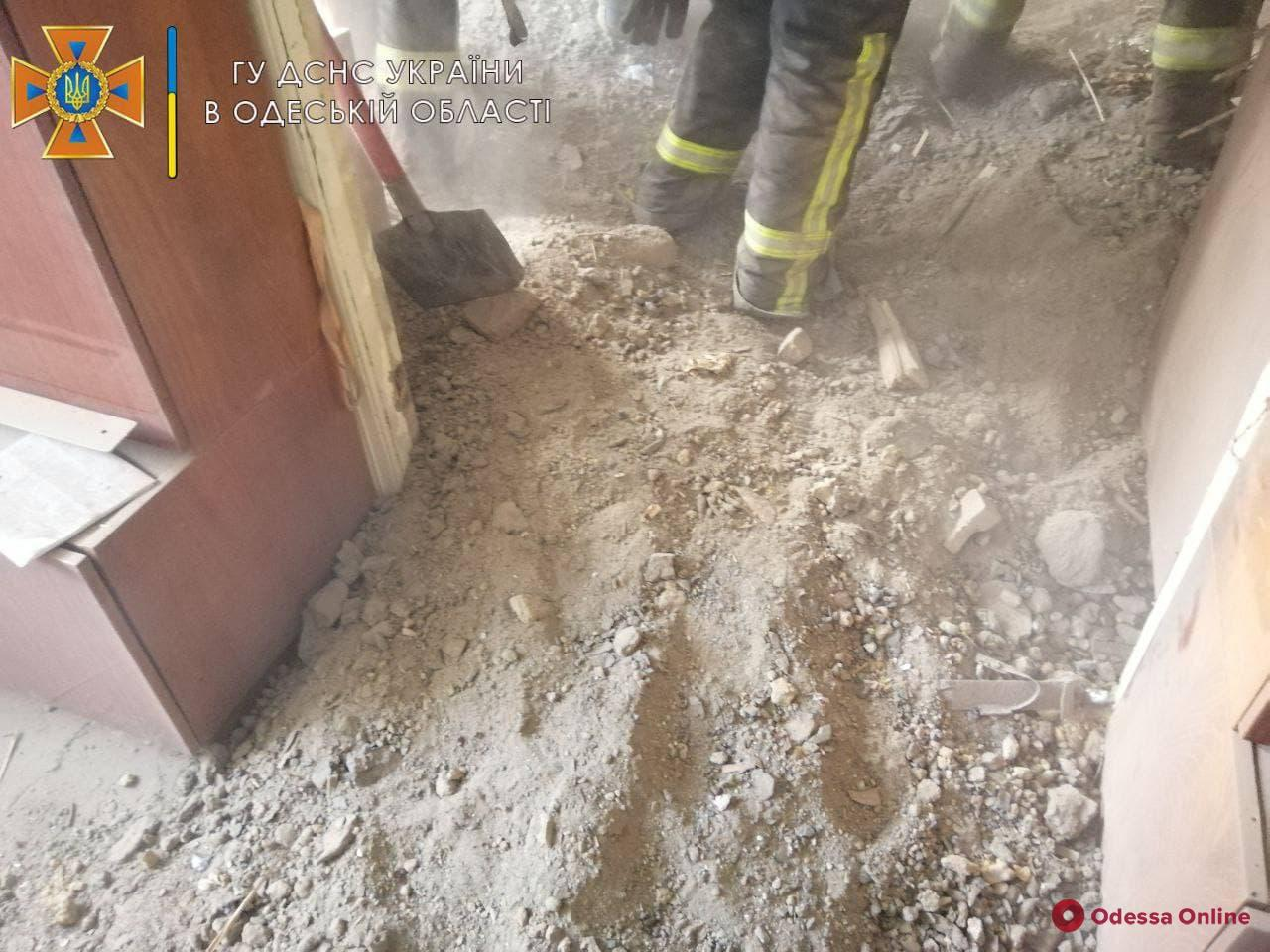В жилом доме на Степовой обвалился потолок — под завалами может находиться хозяйка квартиры (фото, видео, обновляется)