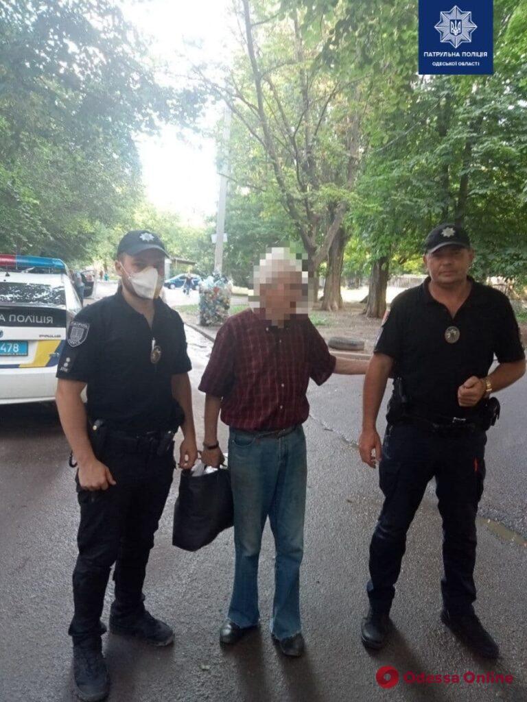 Одесские патрульные вернули родственникам потерявшегося 86-летнего мужчину