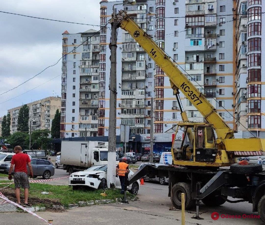 На Балковской легковушка влетела в столб