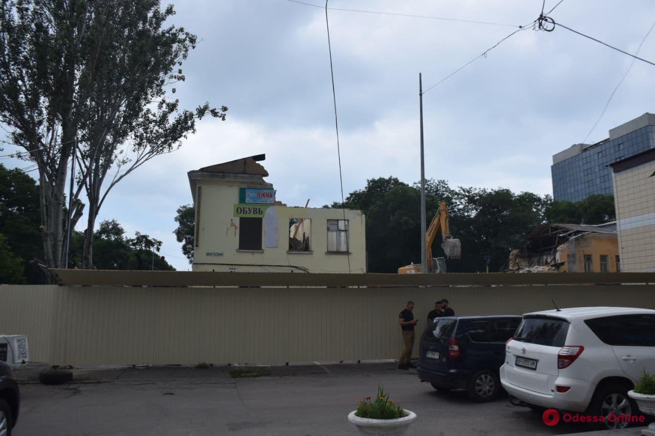 Возле Старобазарного сквера сносят 180-летний дом ради новостроя (фото)