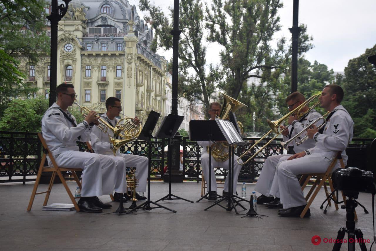 Американские военные моряки развлекали одесситов музыкой в Горсаду (фото, видео)