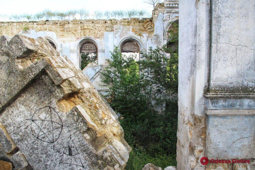 Груды камней и заросли бурьяна: развалины старинной кирхи под Одессой (фоторепортаж)