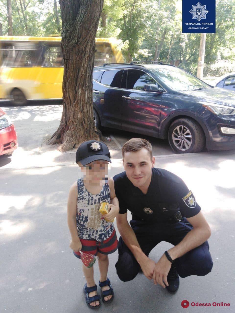 Отправился в парк, пока отец был в магазине: одесские патрульные вернули домой 4-летнего сына