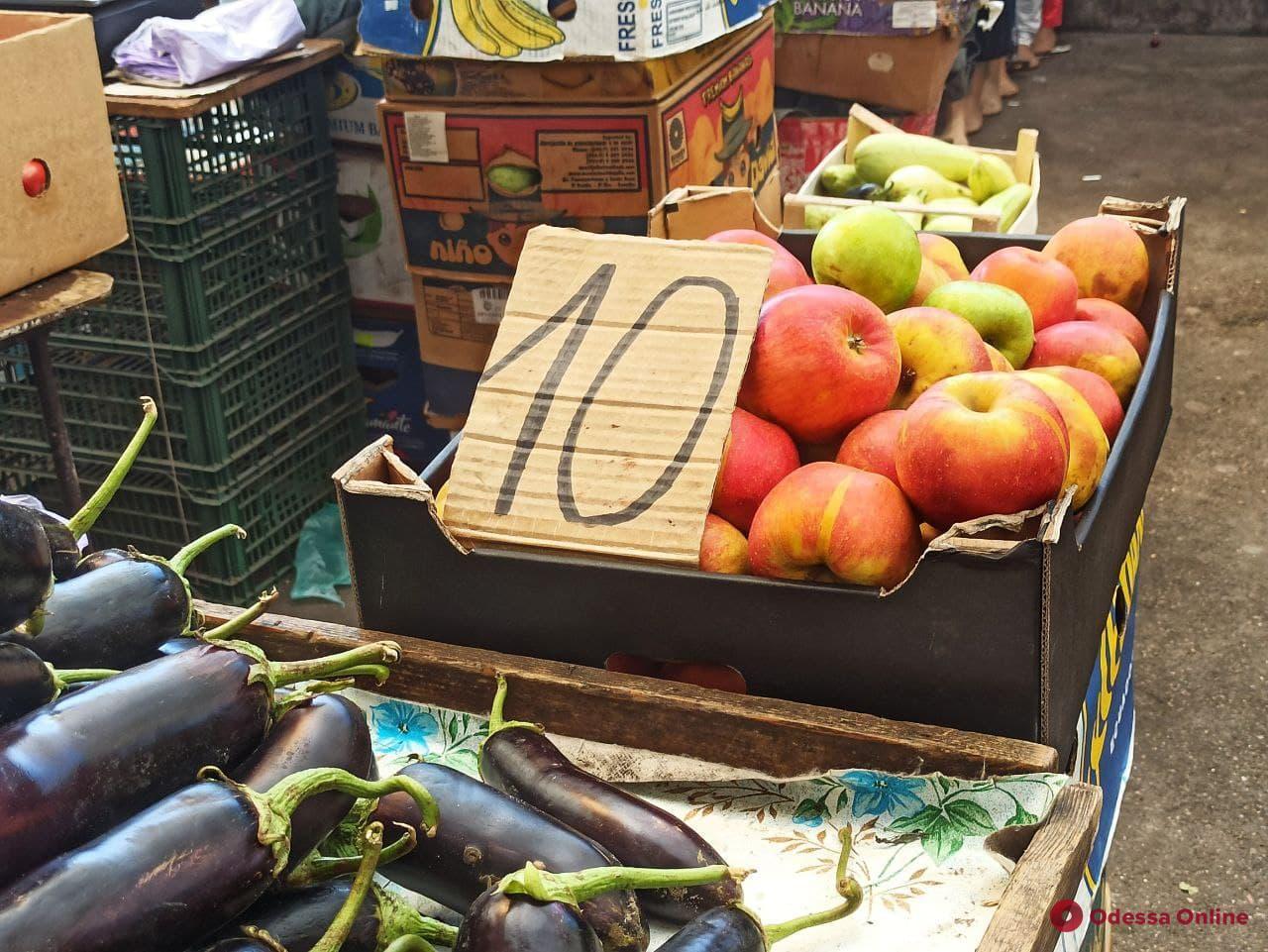Малина, анчоусы и творог: воскресные цены на одесском «Привозе»