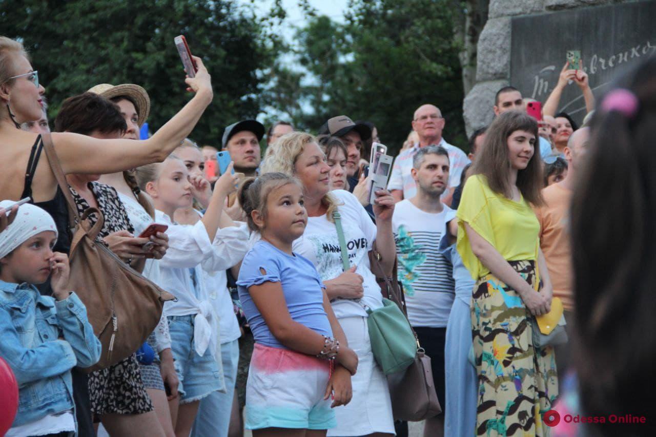 Французский уличный театр дал в парке Шевченко представление «Три тотема» (фото, видео)