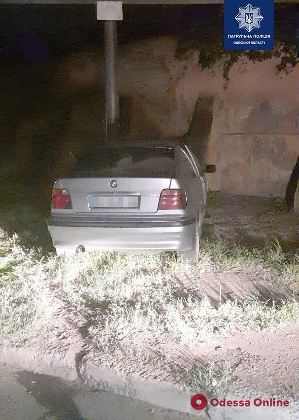 На Балковской пьяный водитель автомобиля BMW врезался в столб
