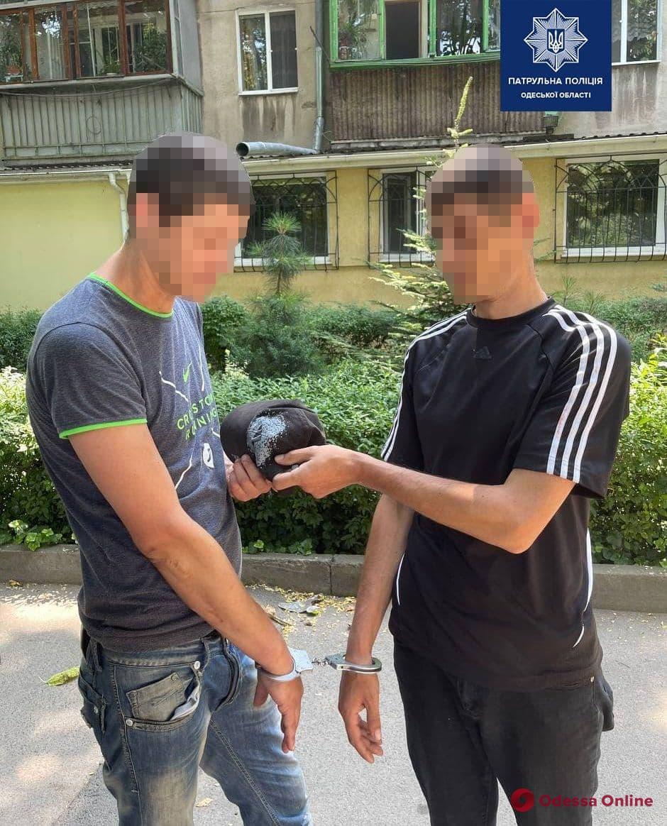 На Черемушках двое мужчин избили и ограбили прохожего