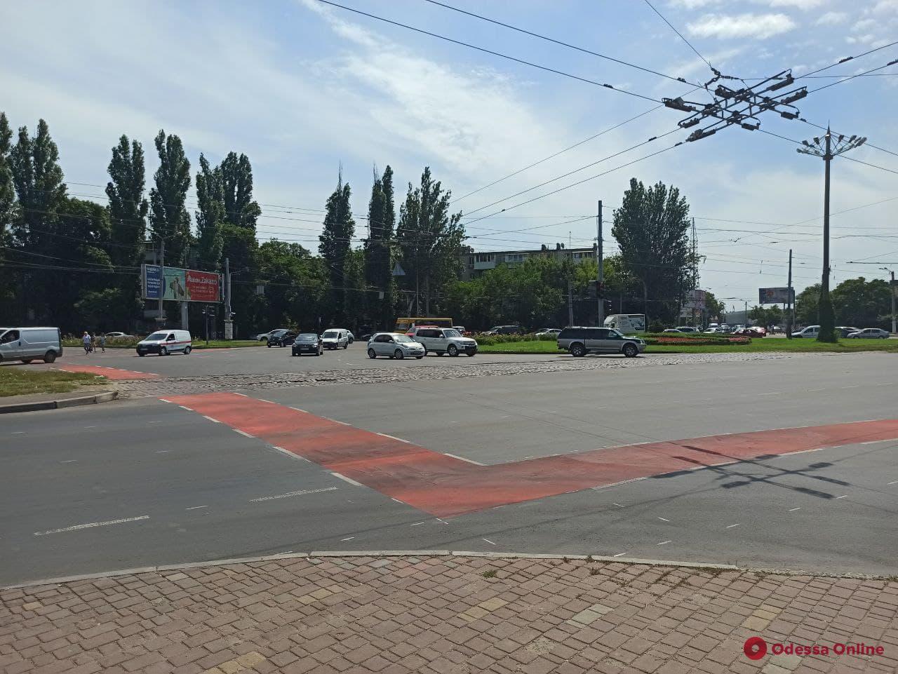 На площади Толбухина изменилась схема дорожного движения и появились велополосы
