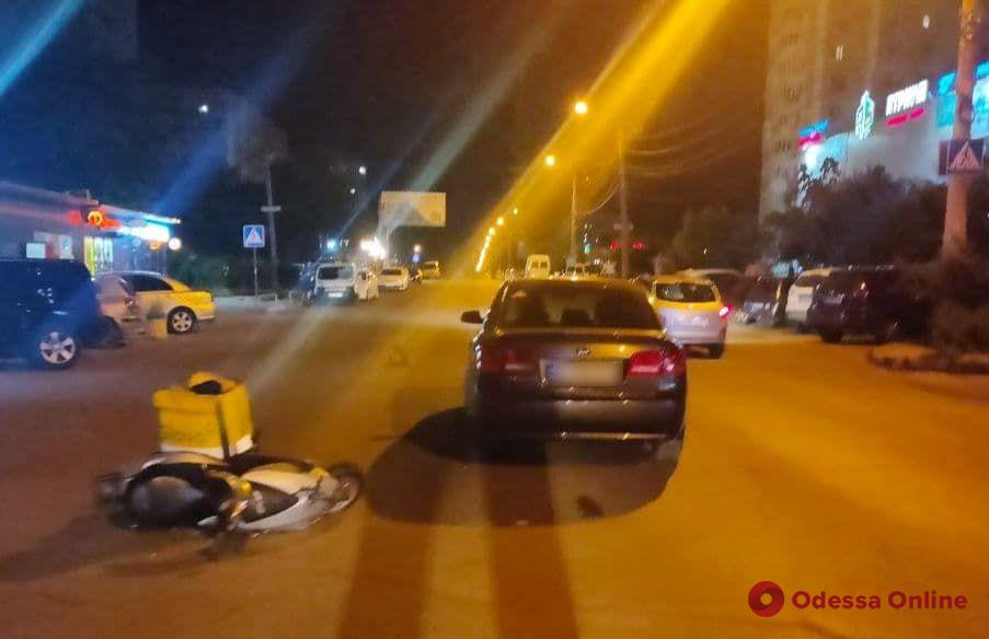 На поселке Котовского в ДТП пострадал доставщик еды на мопеде
