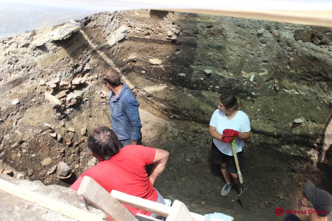 Во время раскопок на Приморском бульваре археологи нашли несколько тысяч артефактов