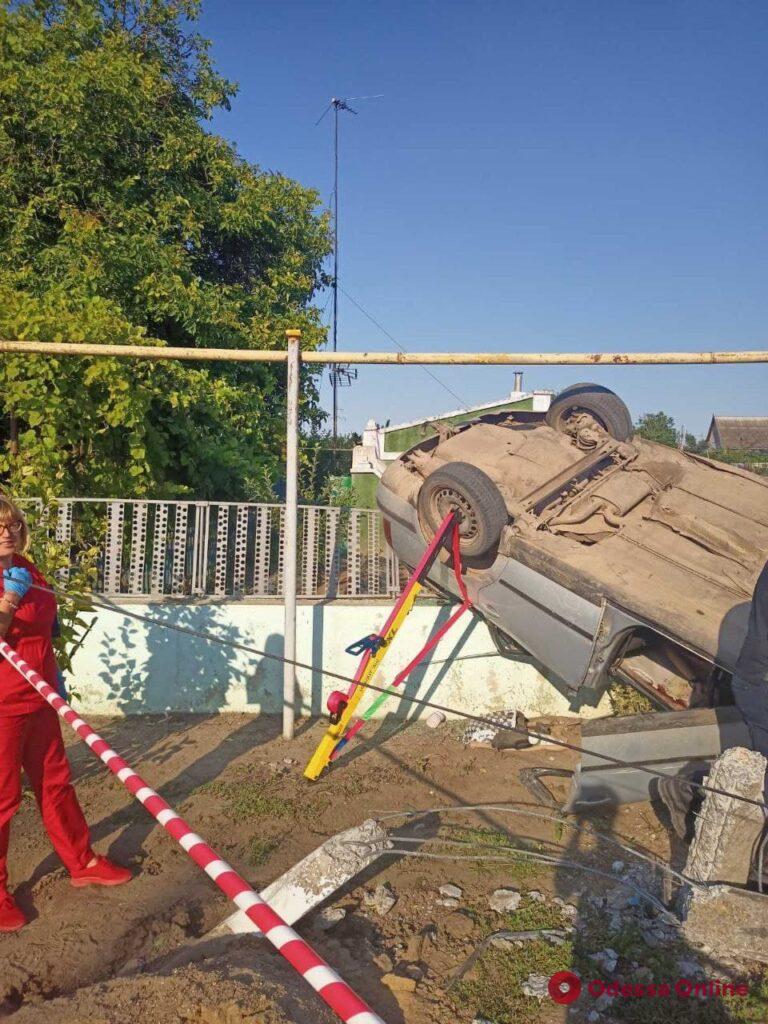 Смертельная авария под Одессой: автомобиль перевернулся и повис на заборе (фото)