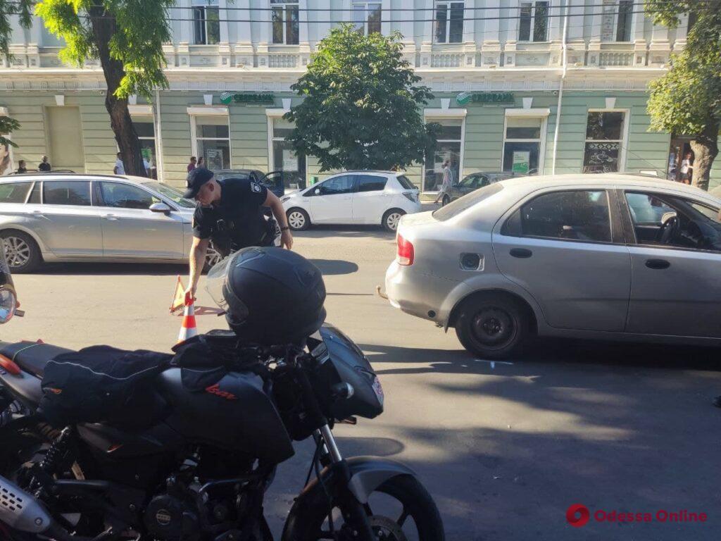 В центре Одессы произошло ДТП с участием легковушки и мотоцикла (обновлено)