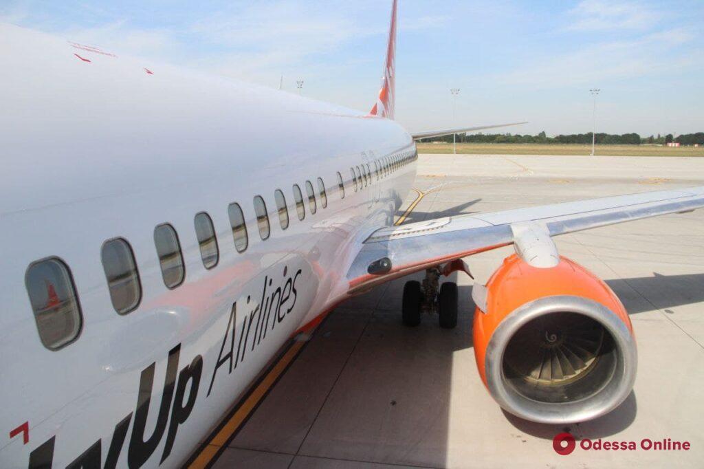 Одесса: новая взлетно-посадочная полоса аэропорта приняла первый самолет (фото)