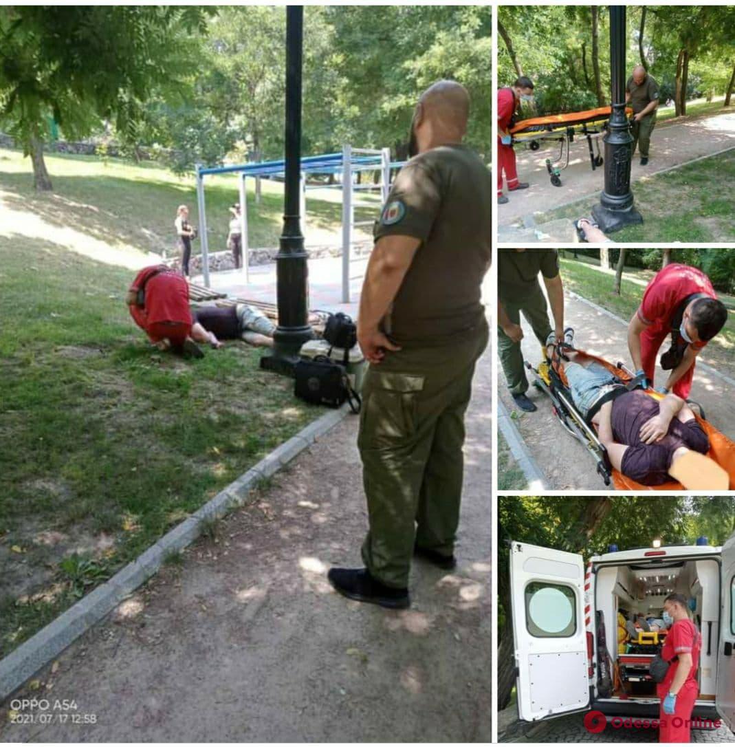 Муниципалы помогли парню, у которого произошла передозировка на спортивной площадке в Стамбульском парке