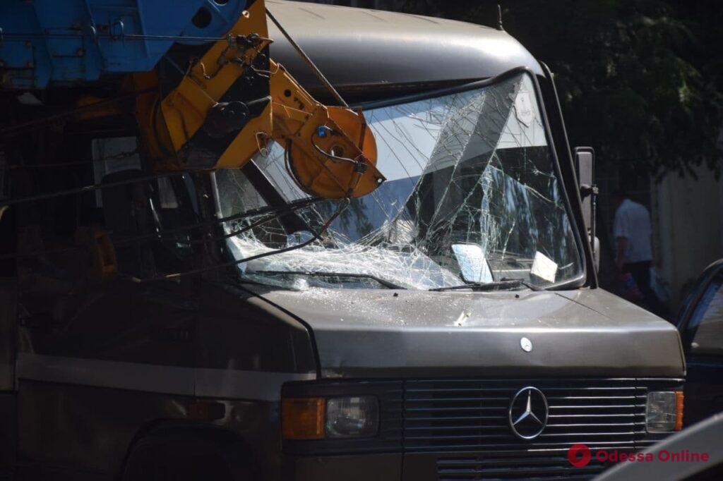 На Степовой произошло ДТП с участием автокрана и автобуса: есть пострадавший (обновлено)
