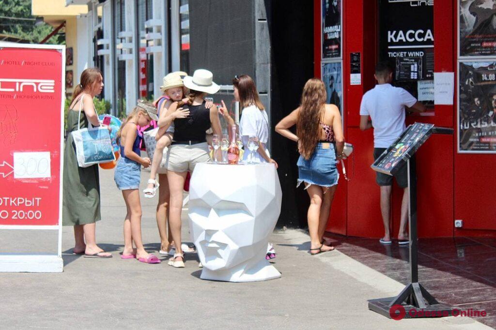 Знойное лето в Аркадии: гости и жители Одессы греются на песке и плещутся в теплой воде (фоторепортаж)