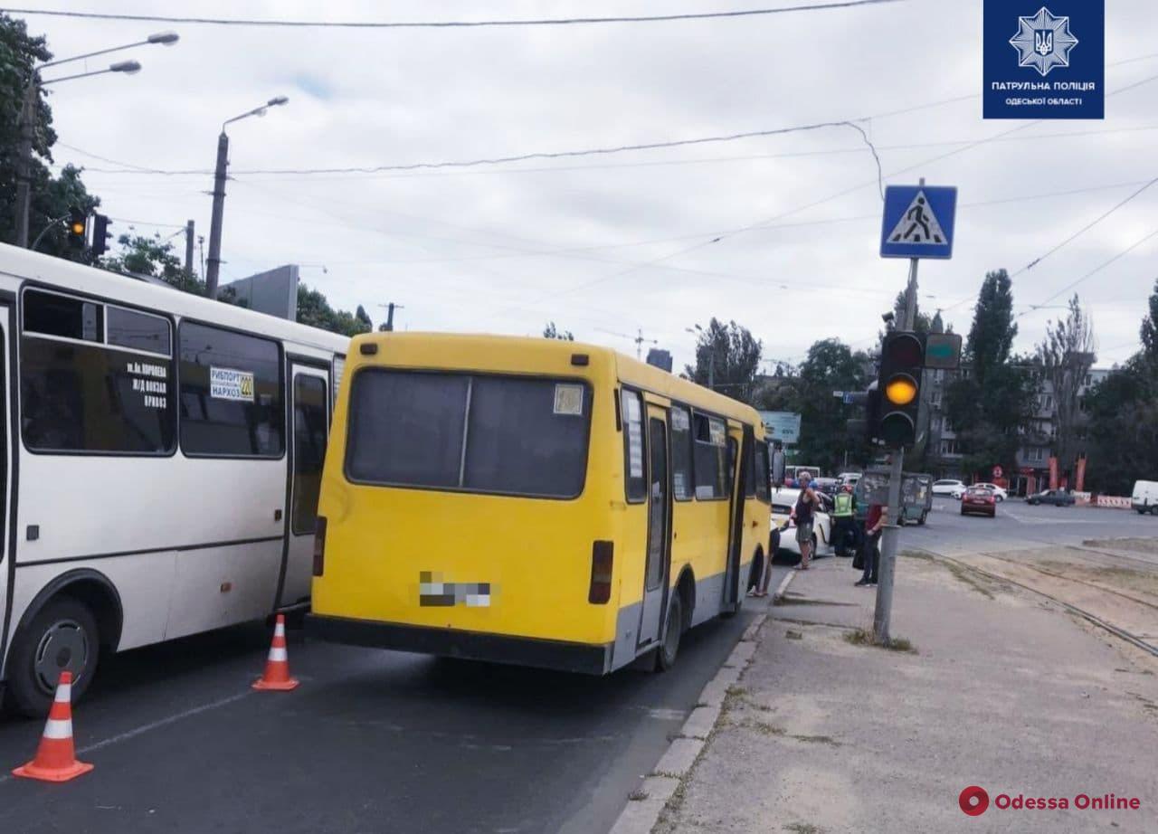 На 1-й станции Люстдорфской дороги маршрутка сбила женщину
