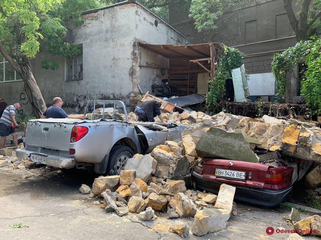 В Одессе стена здания рухнула и раздавила четыре авто