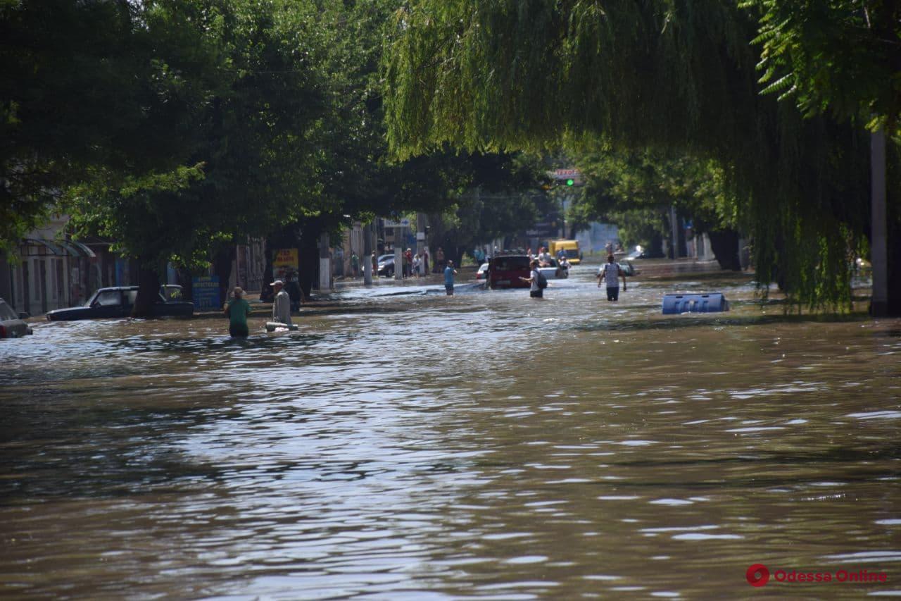 Когда остаться дома — не вариант: одесситы по колено в воде переходят затопленную Пересыпь (фото, видео)