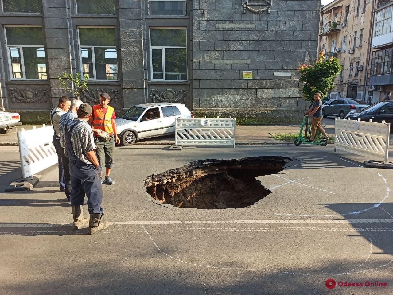 На Пироговской провалился асфальт — машины объезжают по тротуару