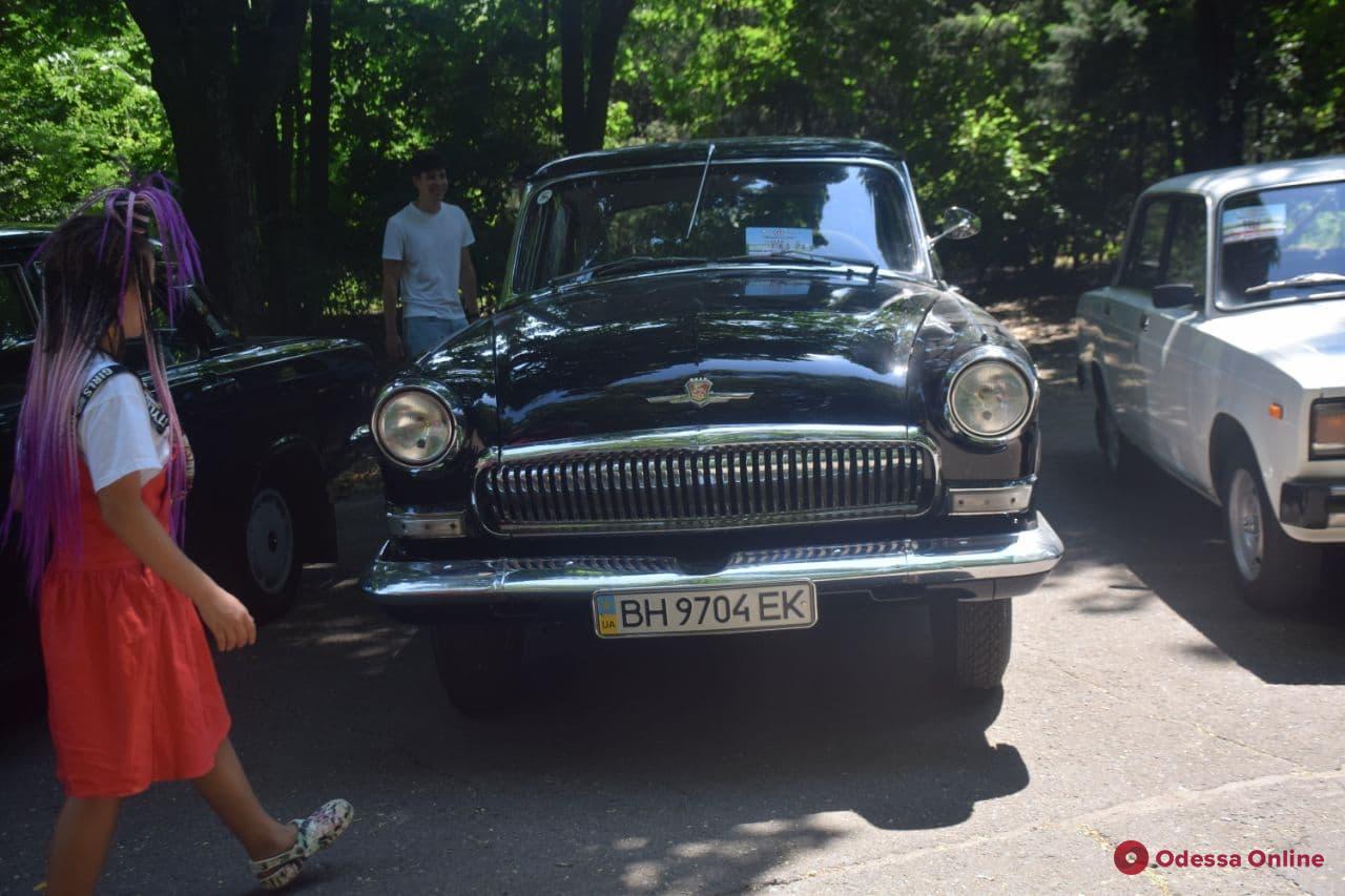 Все на ходу: в Одессе на 411-й батарее проходит выставка ретро-автомобилей (фото)