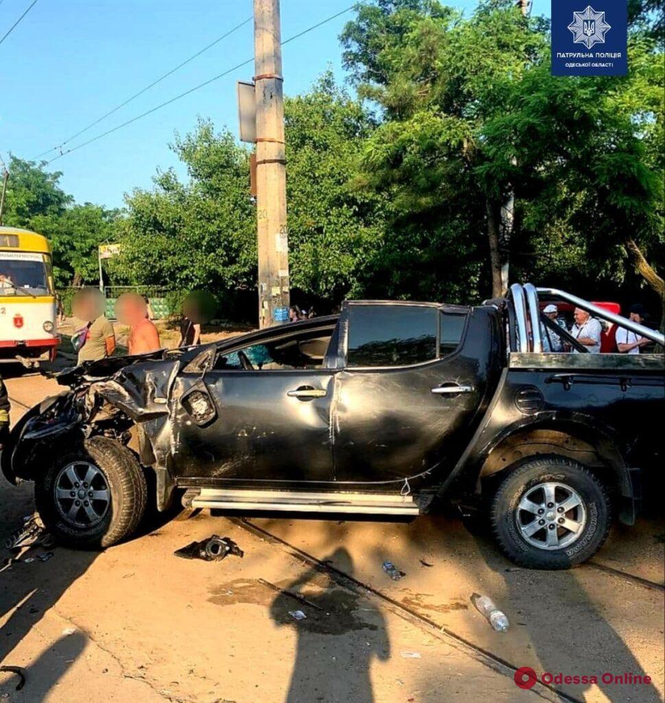 Столкнулся с другими машинами и вылетел на тротуар: возле «Молодой гвардии» произошло ДТП с пострадавшими (обновлено)