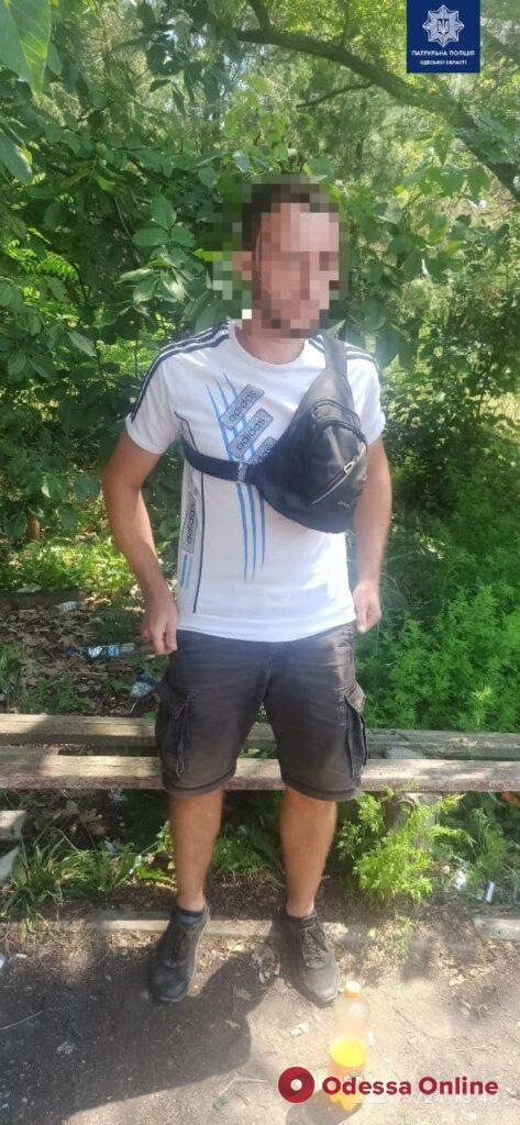 Рылись в кустах: одесские патрульные задержали пару закладчиков