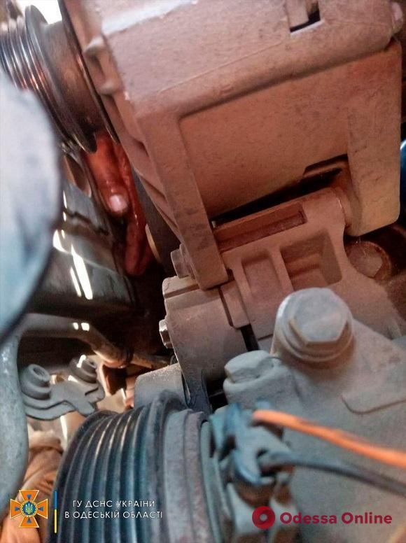 Ремонтировал авто: под Одессой спасли мужчину, которому зажало руку двигателем
