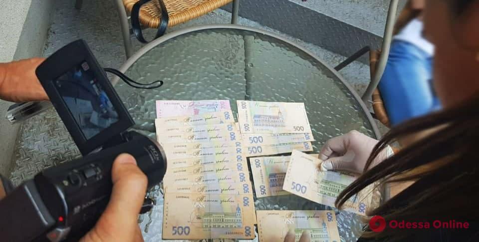 Чиновница Тузловской территориальной громады требовала тысячу долларов за разрешение на установку АЗС