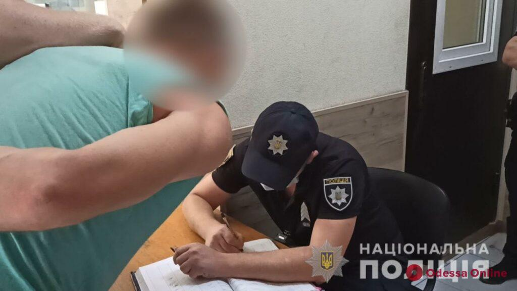 Срывал цепочки с одесситок: полиция поймала вора
