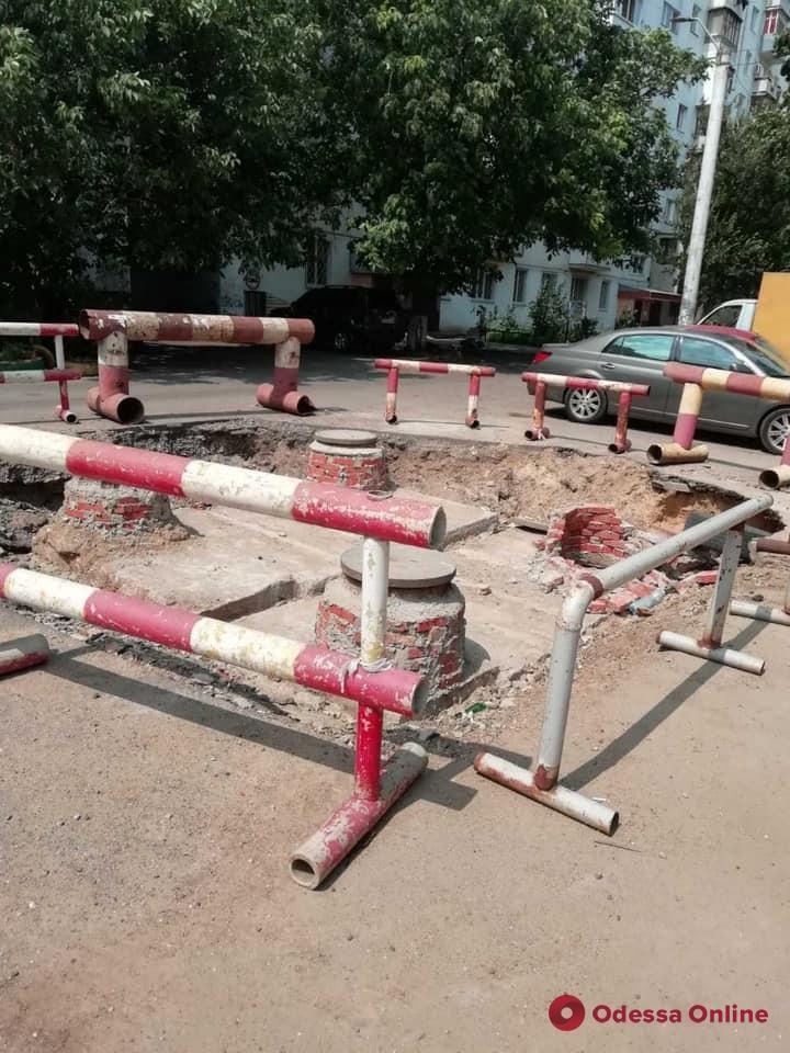 На Крымской легковушка провалилась в вырытую коммунальщиками яму