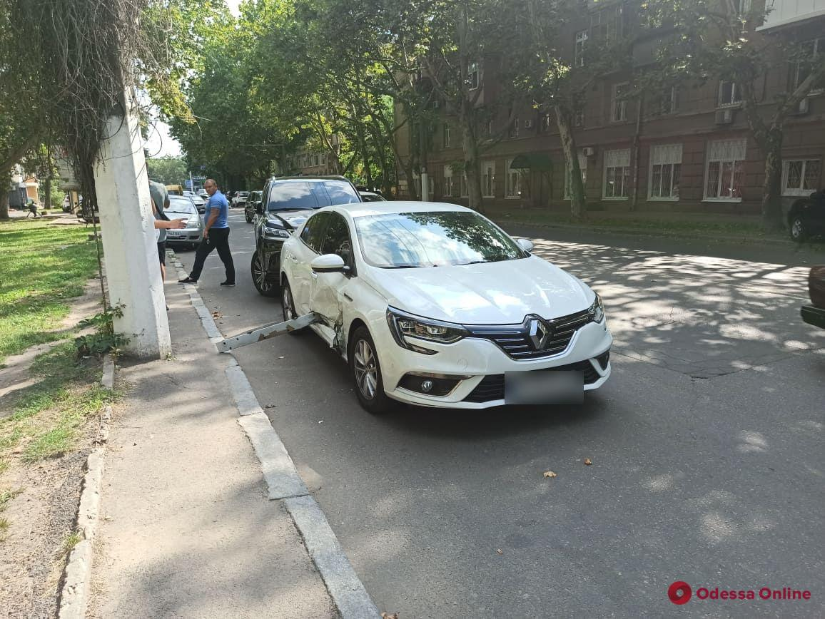 На Сегедской «Тойота» оставила в «Рено» бампер (фото)