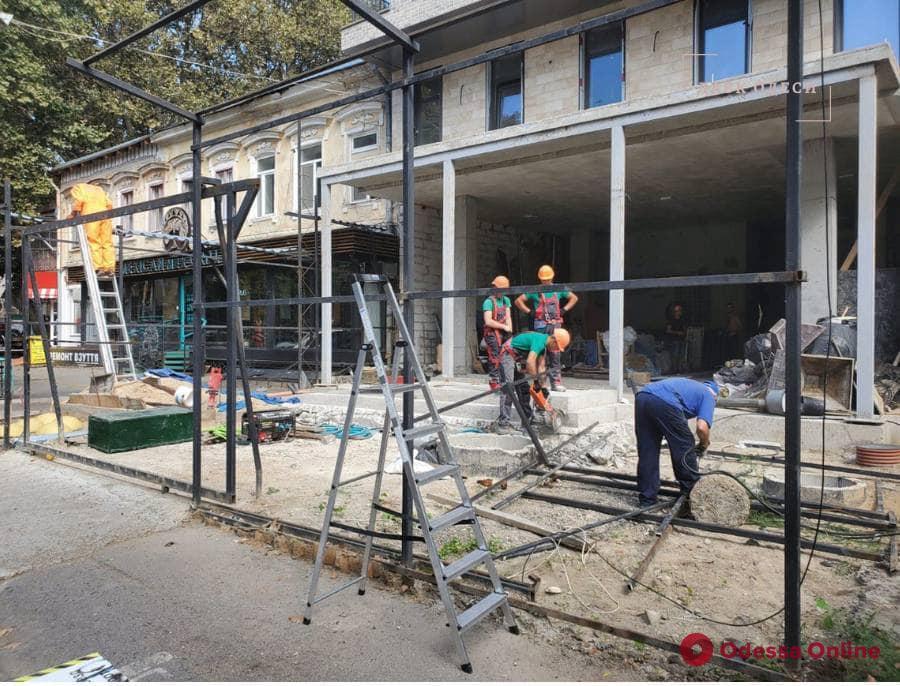 На Ришельевской демонтируют нахалстрой (фото, видео)