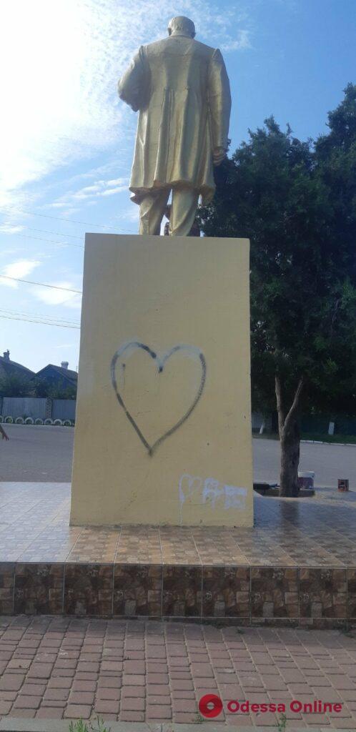 На поселке Котовского вандалы разрисовали памятник Тарасу Шевченко